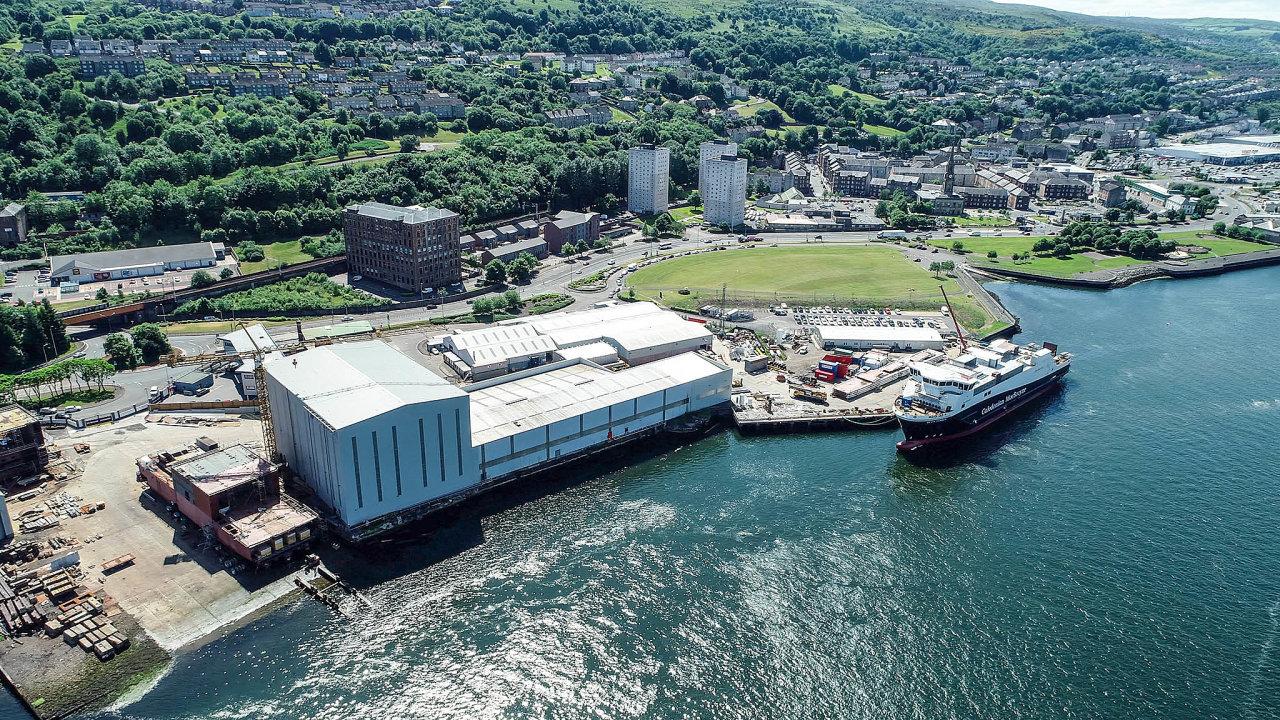 Loděnici Ferguson Marine u Glasgow dostala do potíží zakázka na dva trajekty pro společnost Caledonian Maritime Assets. Na snímku je vidět jeden z nich – Glen Sannox.