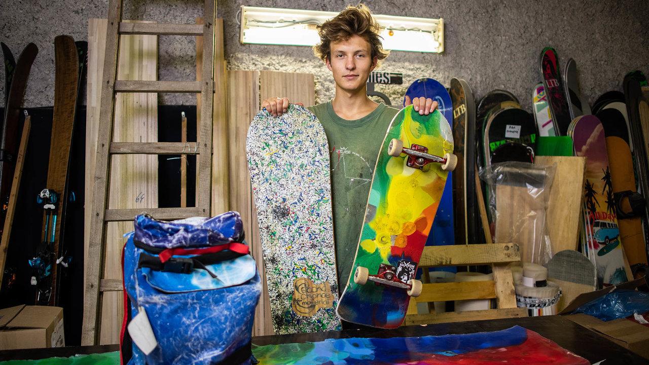 Max Schröder založil projekt Second Chance for Material. Nyní pod touto značkou prodává snowboardy, skateboardy, batohy nebo ibrýle zvyhozených plastů adalších materiálů.