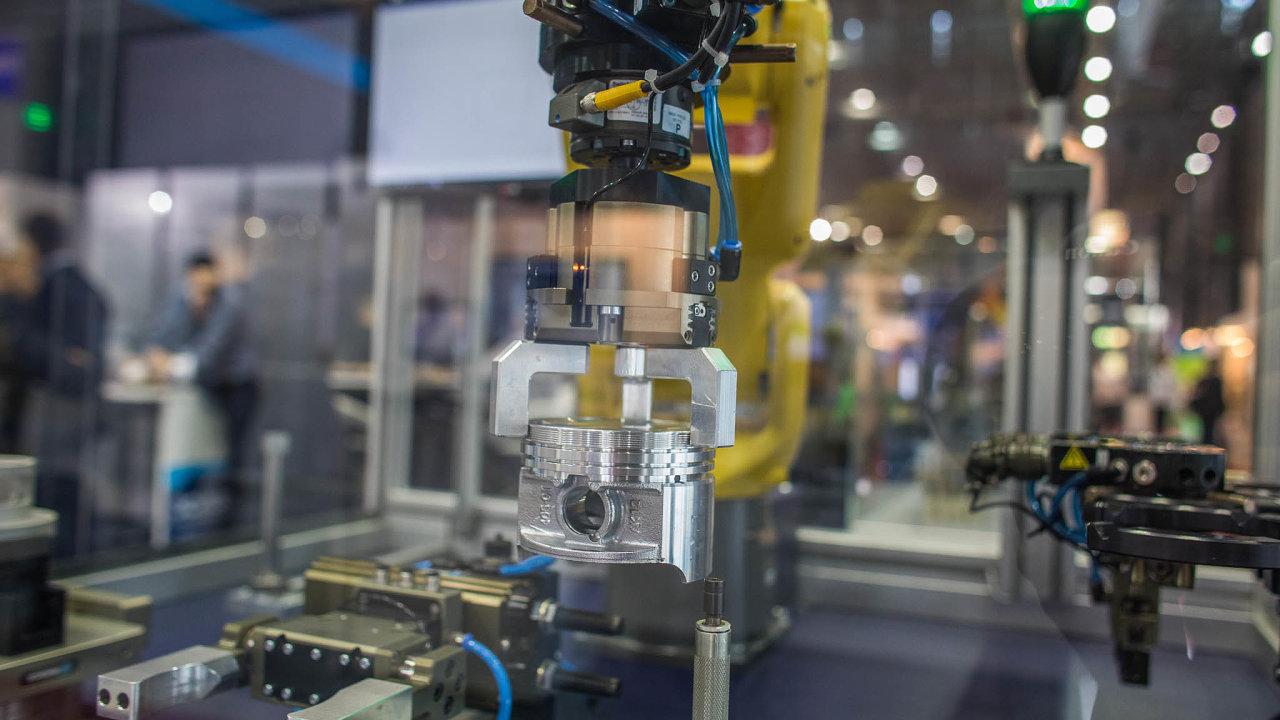 Robotický uchopovací systém společnosti Schunk manipuluje spístem spalovacího motoru.
