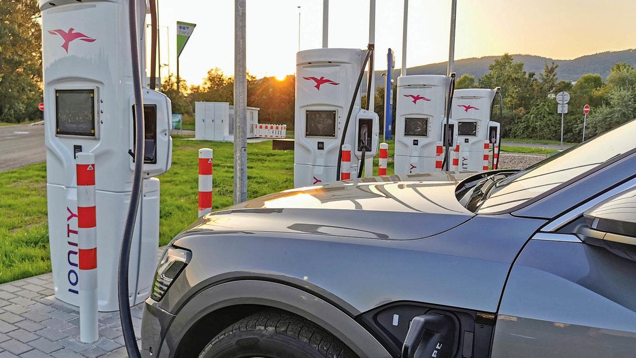 VČesku jsme se konečně dočkali ultrarychlých nabíjecích stanic, které elektromobil nabijí zapár minut. Vpočtu stanic však zaostáváme anatrhu zatím není vůz, který by uměl maximální výkon využít.