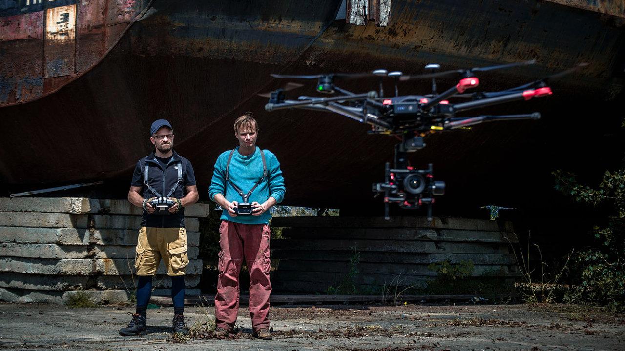 Jiří Mádl hraje majitele půjčovny dronů, který ve volném čase rapuje a sní o penězích. Kryštof Hádek ztvárnil chemika a leteckého navigátora, který by rád napravil svět.