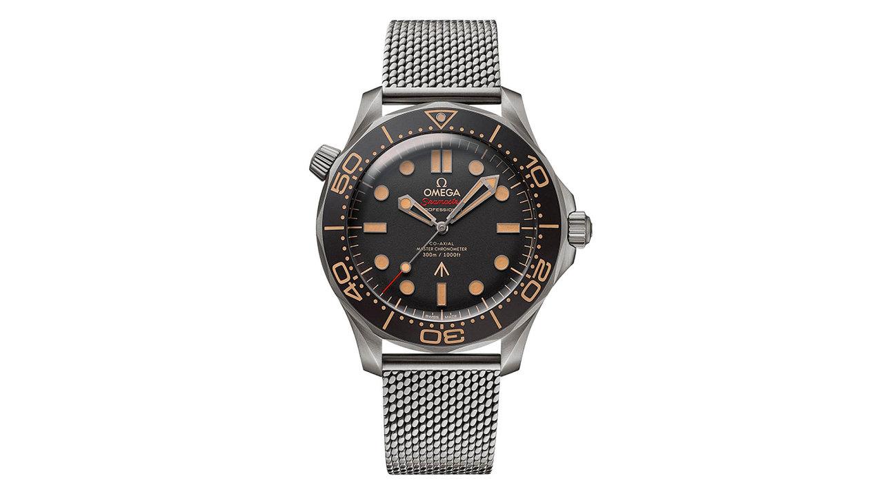 Omega aDaniel Craig společně vytvořili nové hodinky proJamese Bonda. Edice Seamaster Diver 300M 007 byla navržena sohledem naarmádní standardy aje zpevného alehkého titanu. Cena 229 200 Kč, prodává KLENOT...