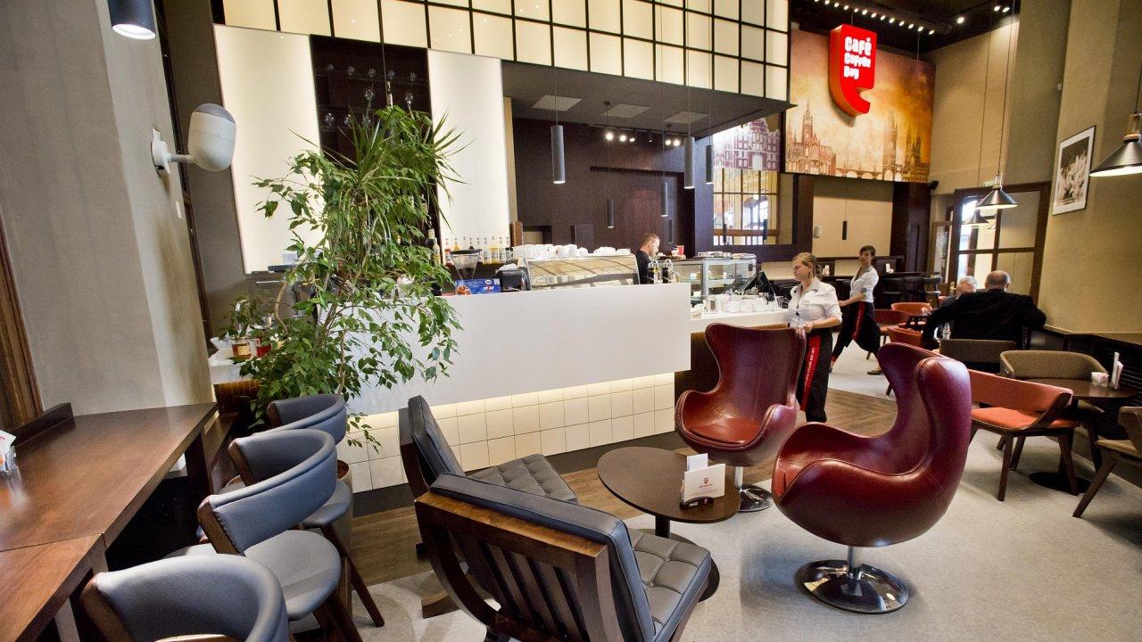 Secesní halu na pražském hlavním nádraží obsadil po obnově kavárenský řetězen Café Coffee Day