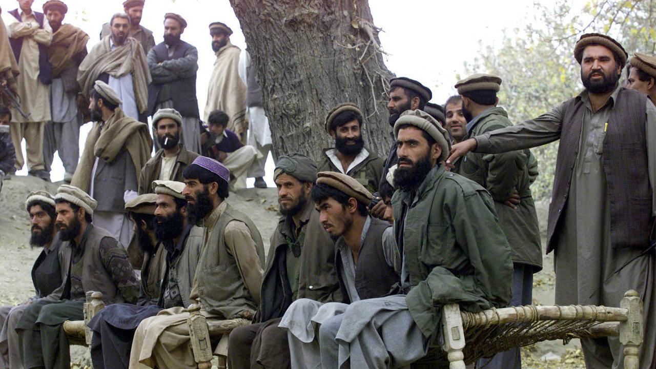 Nemilosrdně. Krutými popravami zajatců (například smrt nakleknutím naminu) je al-Káida pověstná.