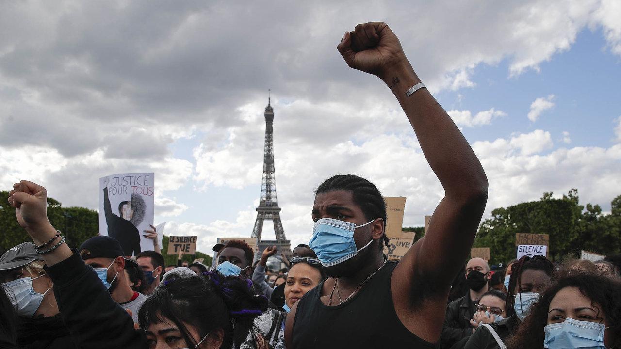 Demonstrace vPaříži: Naprostranství uEiffelovy věže se nademonstraci proti policejnímu násilí vsobotu shromáždily stovky lidí.