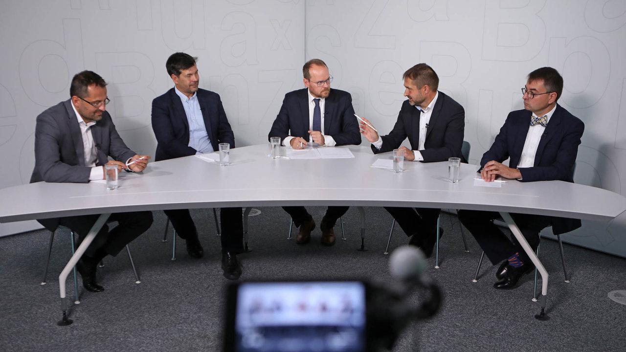Jak dostat firmu zkrize, diskutovali (zleva): Tomáš Raška (Natland), Jaroslav Schönfeld (Česká spořitelna), Petr Smutný (PwC) aJiří Tomola (Dentons Europe CS LLP).