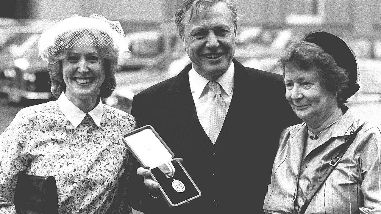 Vroce 1985 ocenila britská královna Davida Attenborougha rytířským řádem, na ceremonii jej doprovodily dcera Susan amanželka Jane.