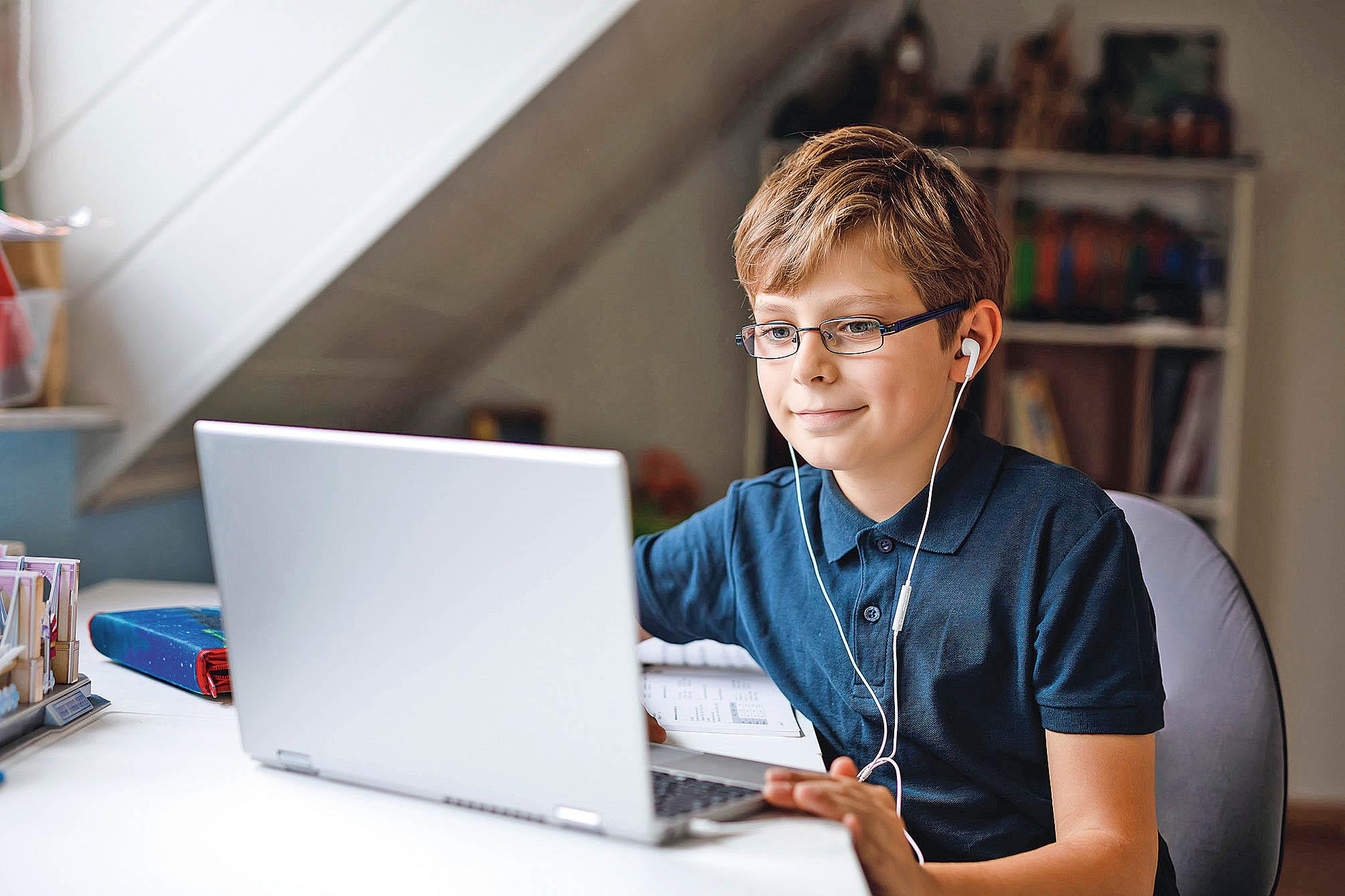 Děti si někdy na pracovním počítači rodičů pustí nějakou hru nebo sledují videa. A protože nebývají v informační bezpečnosti zběhlé, mohou zařízení velice snadno infikovat.