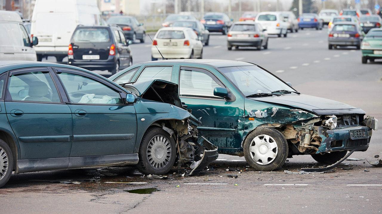 Bez volání pojišťováka: Klientům mnoha pojišťoven stačí natočit havarovaný vůz namobil avideo poslat přes aplikaci dopojišťovny.
