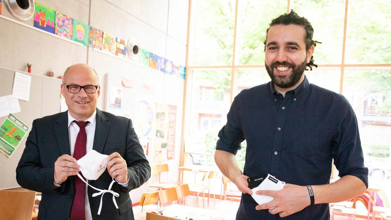 V květnu Tarek Müller za About You předal jako dar 50 000 roušek pro hamburské školáky. Předání byl přítomen Ties Rabe, senátor za SPD (vlevo).
