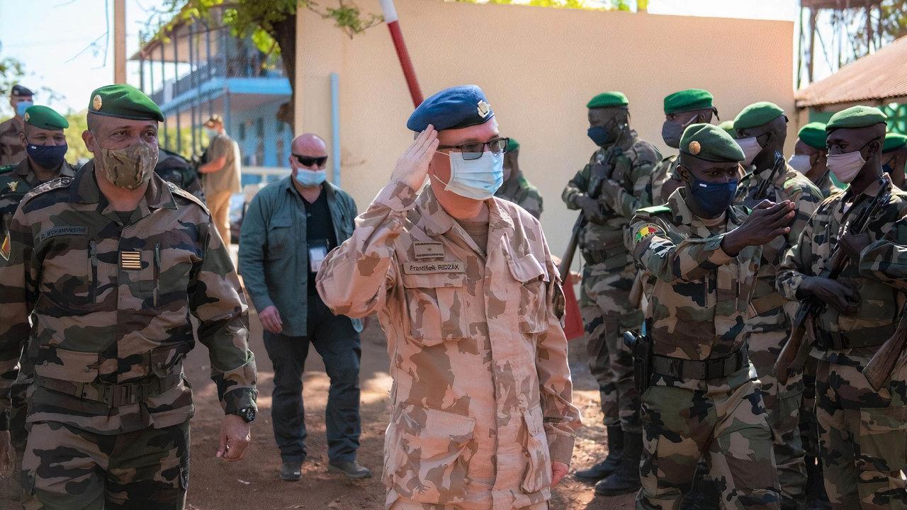 Čeští vojáci už mají s Mali zkušenost. Asi 120 vojáků se odroku 2013 účastní výcvikové mise EU. Na snímku nástup malijských spojařů při příjezdu velitele mise generála Františka Ridzáka.