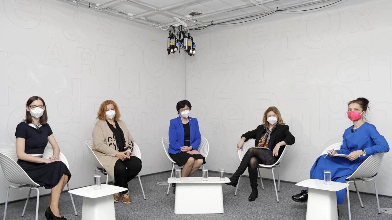 Zleva: Eva Hlavsová (Fondee), Zlata Holušová (Colours of Ostrava), Eva Zažímalová (Akademie věd ČR)aEva Zamrazilová (Národní rozpočtovárada). Debatu moderovala Jana Klímová (HN).