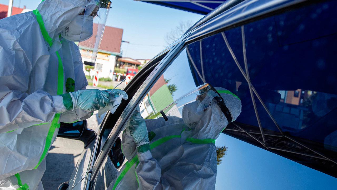 Testovat své zaměstnance nakoronavirus začala už před časem Škoda Auto. Používá antigenní testy, se kterými pomáhají zdravotníci firemní polikliniky. Výhodou testů je jejich rychlost anízká cena.
