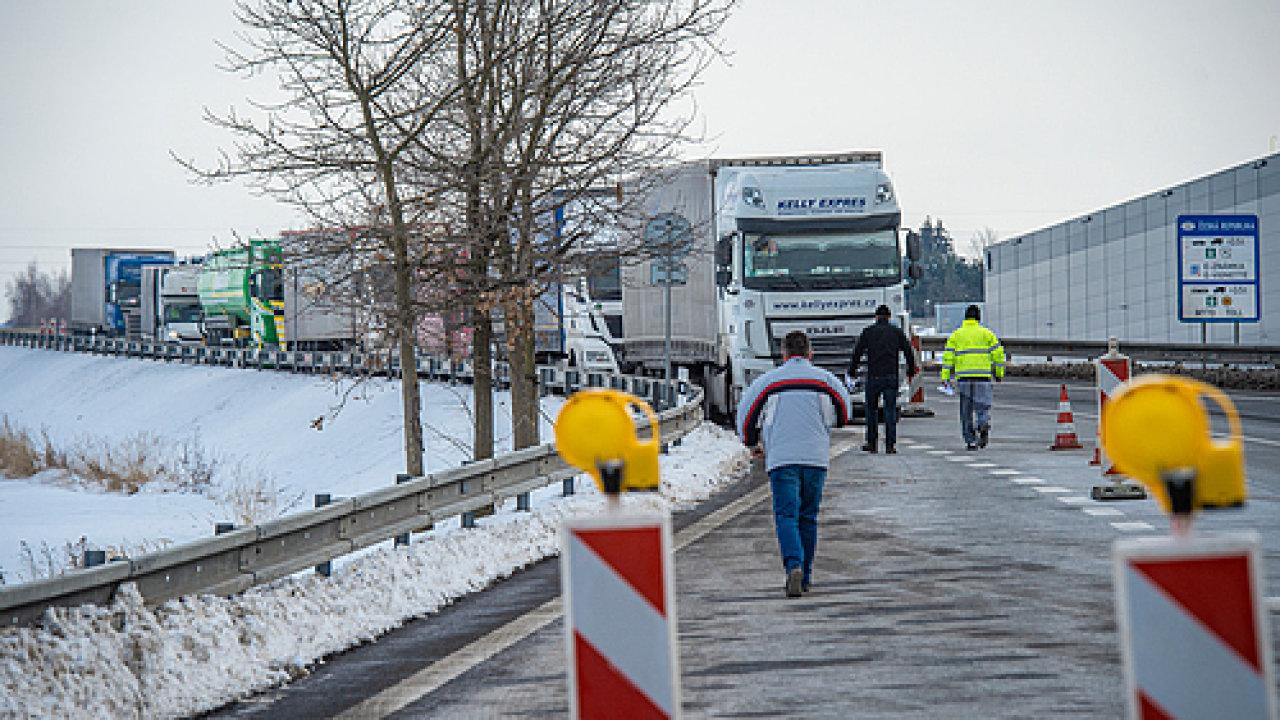 Hasiči v pondělí15. února zprovoznili testovací místo na česko-polské hranici v Hrádku nad Nisou na Liberecku. Řidiči kamionů, kteří tudy míří do Německa, se zde mohou nechat otestovat na koronavirus.