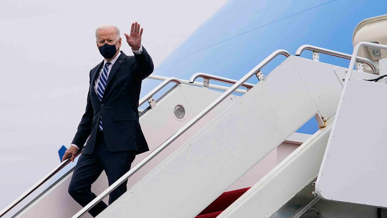 Už v předvolební kampani slíbil Joe Biden přidat peníze Američanům zasaženým dopady koronavirové pandemie. Ohlásil také, že se zasadí o rychlejší očkování.