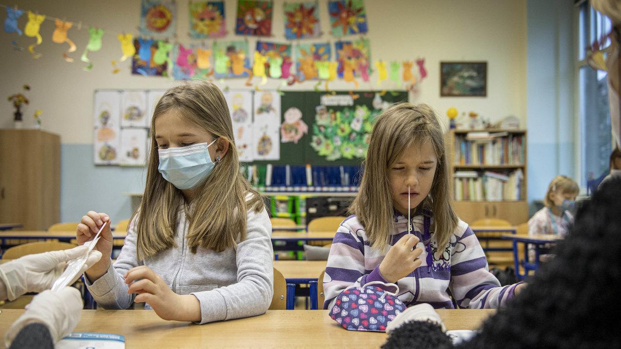 Děti se musely v pondělí nechat povinně otestovat, na snímku si provádějí odběr žákyně v Základní škole Husova v Liberci.