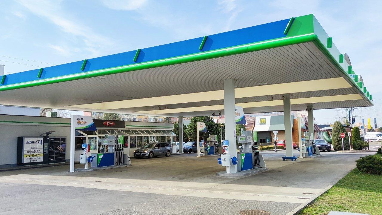 U větších nákupů řidiči oceňují možnost snadného parkování na benzínkách přímo u AlzaBoxu (na snímku vlevo).