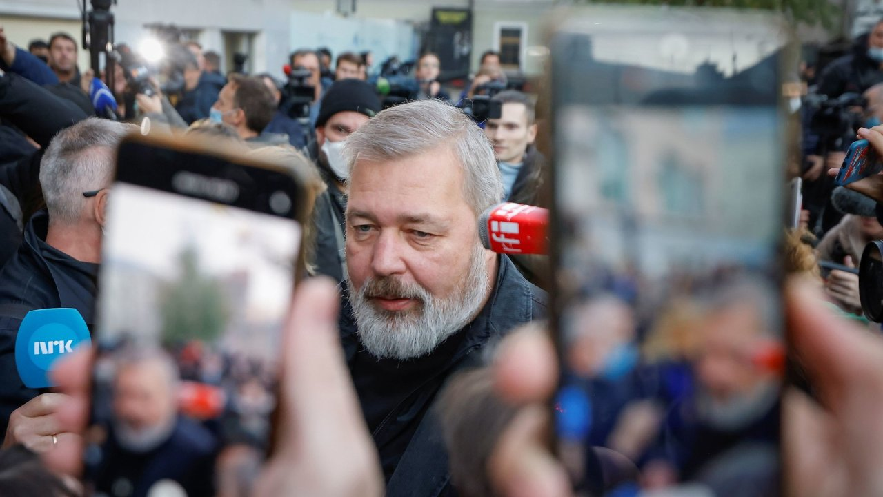Dmitrij Muratov hovoří s novináři v Moskvě poté, co bylo oznámeno, že získal Nobelovu cenu za mír.