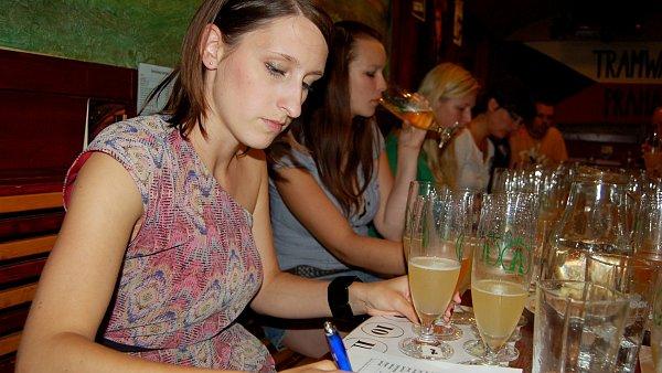 První pivní tramway 19. června v podvečer zažila pečlivou degustaci ovocných piv.