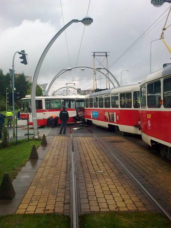 Nehoda autobusu s tramvají