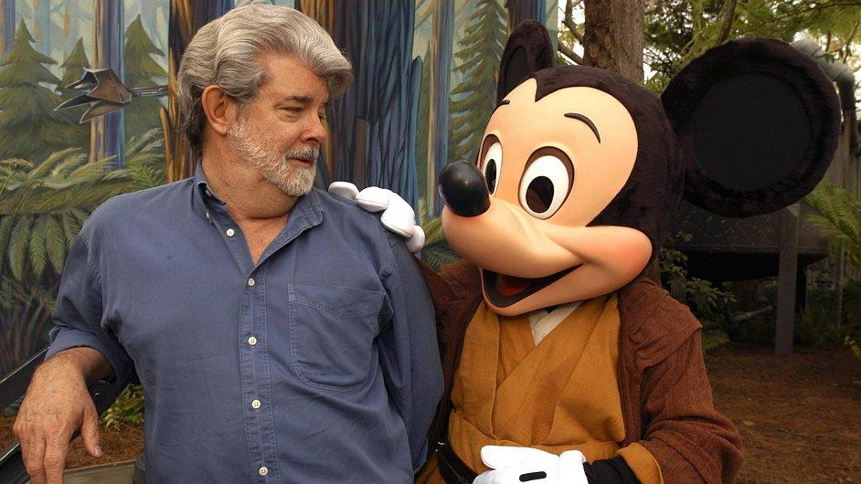 Jeden z nejčastějších obrázků posledních dnů: režisér George Lucas v objetí Mickey Mouse.