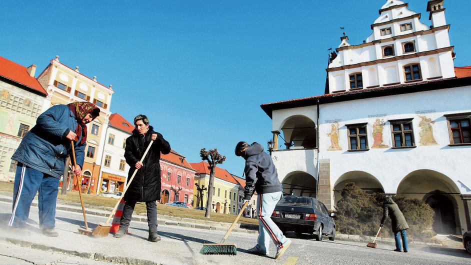 Nezaměstnaní uklízejí náměstí. Ilustrační foto