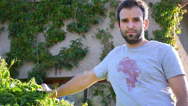 Jan Poukar před domem Jana Palacha