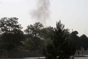Nad východní branou do prezidentského paláce v Kábulu stoupá dým.