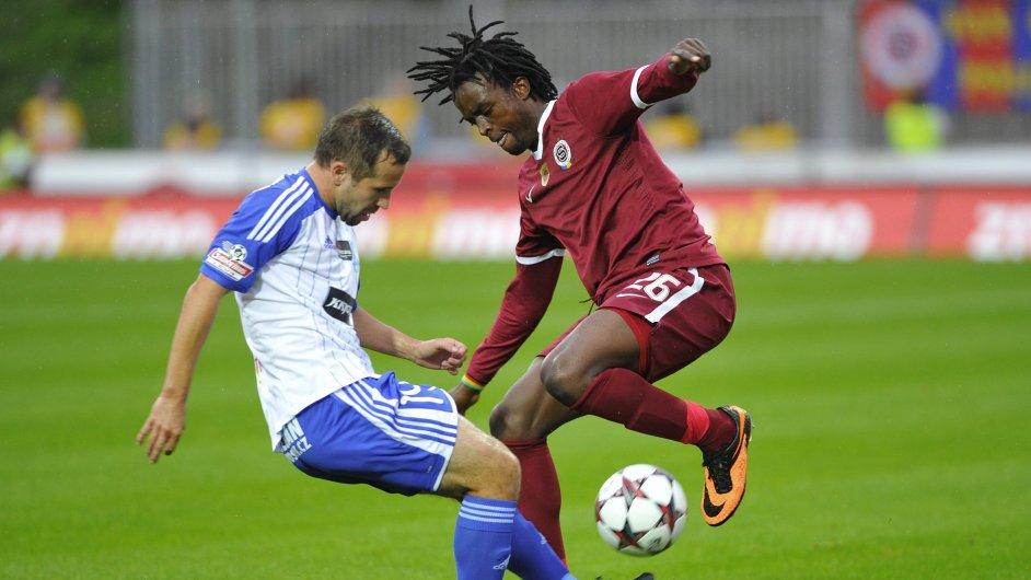 Znojemský záložník Helísek (vlevo) a obránce Sparty Costa při vzájemném zápase 8. kola Gambrinus ligy.
