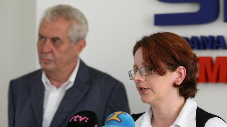 Dita Portová na archivním snímku s Milošem Zemanem (červenec 2012)