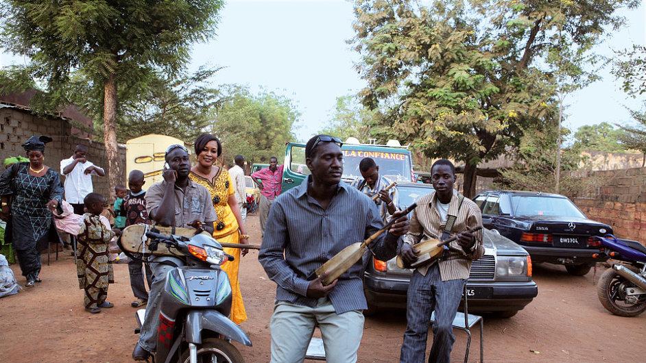 Bassekou Kouyate pochází z rodiny griotů, tradičních lidových vypravěčů v Mali.