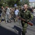 Proru�t� separatist� vedou vojensk� zajatce. Podle Human Rights Watch zadr�uj� i civilisty