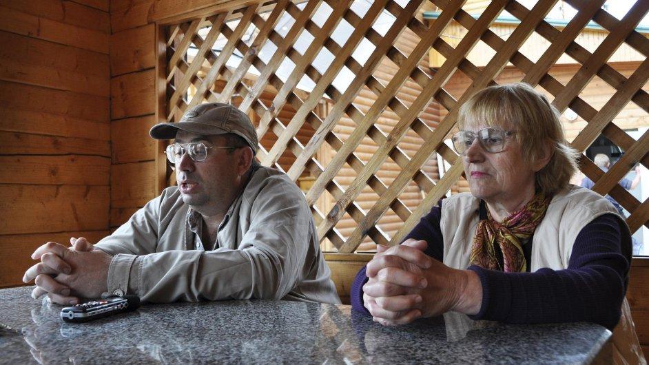 Na snímku z 10. května jsou Češi žijící v ukrajinském Žytomyru, nezaměstnaný učitel hudby Serhij Mykola a důchodkyně Milintina Denisjuková, kteří by se rádi přestěhovali do Česka.