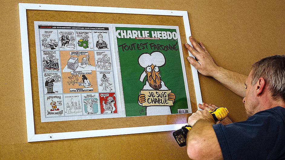 Titulní strany Charlie Hebdo jsou v DOX k vidění od středy.