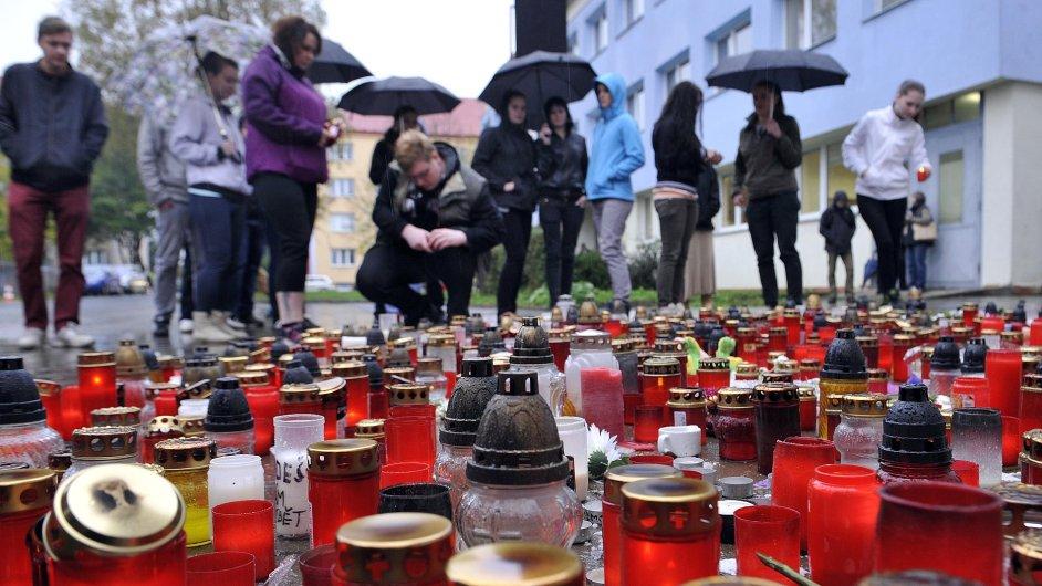 Lidé zapalovali 17. října svíčky na pietním místě u školy ve Žďáru nad Sázavou, kde šestadvacetiletá žena z Ostravska ubodala studenta.