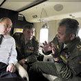 Putin, ministr obrany �ojgu a vzadu n��eln�k gener�ln�ho �t�bu Gerasimov