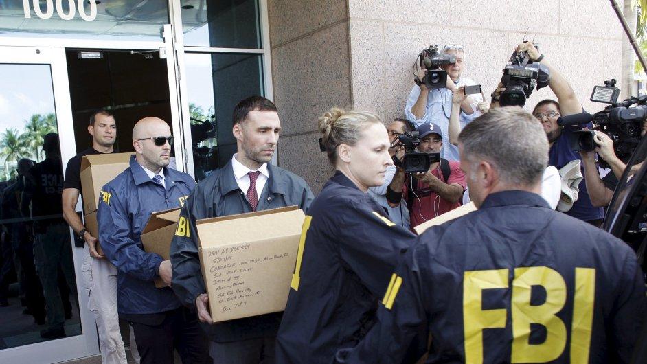 Agenti FBI vynášejí materiály z kanceláří v Miami Beach na Floridě.