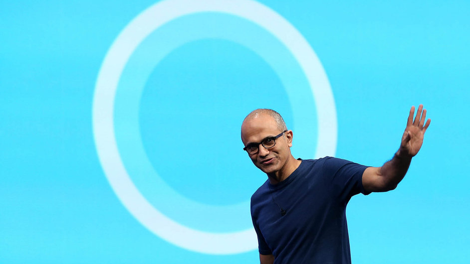 Microsoft zabudoval Cortanu do Windows 10, které už nyní používá více než 75 milionů uživatelů. (Na snímku výkonný ředitel firmy Satya Nadella před novým logem Cortany)