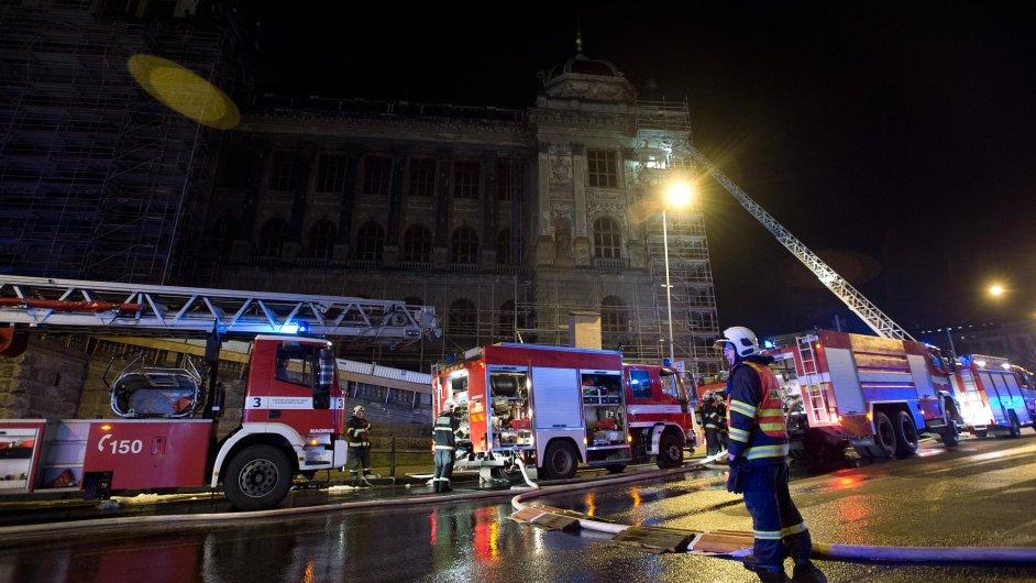 Požár na střeše Národního muzea v Praze