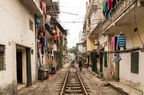 �ivot na kolej�ch: Pod�vejte se, jak vypad� b�n� den v Hanoji, kdy� v�m �as od �asu projede pod okny vlak