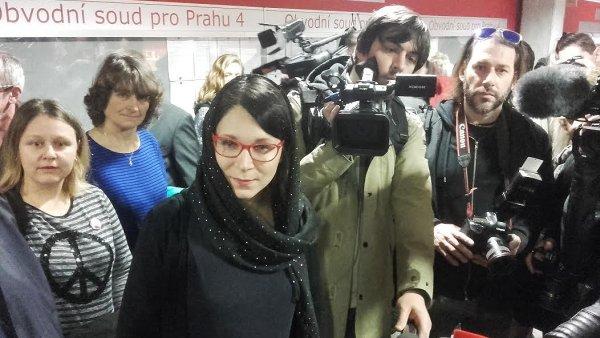 Když se před jednací síní objevila místopředsedkyně zelených Monika Horáková v muslimském šátku, část ze shromážděných ji považovala za Jamaalovou a začala na ni útočit.