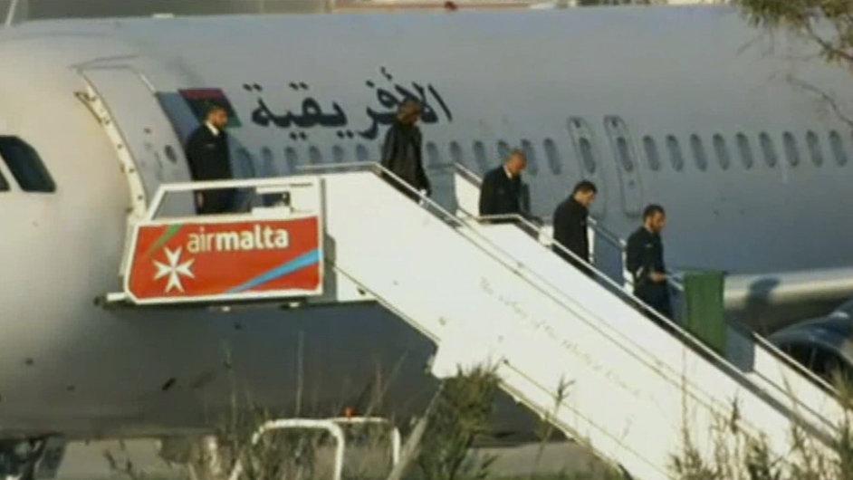 Únosci libyjského letadla se na Maltě vzdali, chtějí tam azyl.