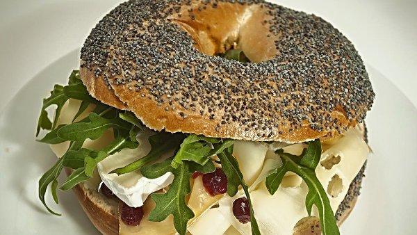 Makový bagel s variací sýrů, rukolou a brusinkami v Nenápadném bistru.
