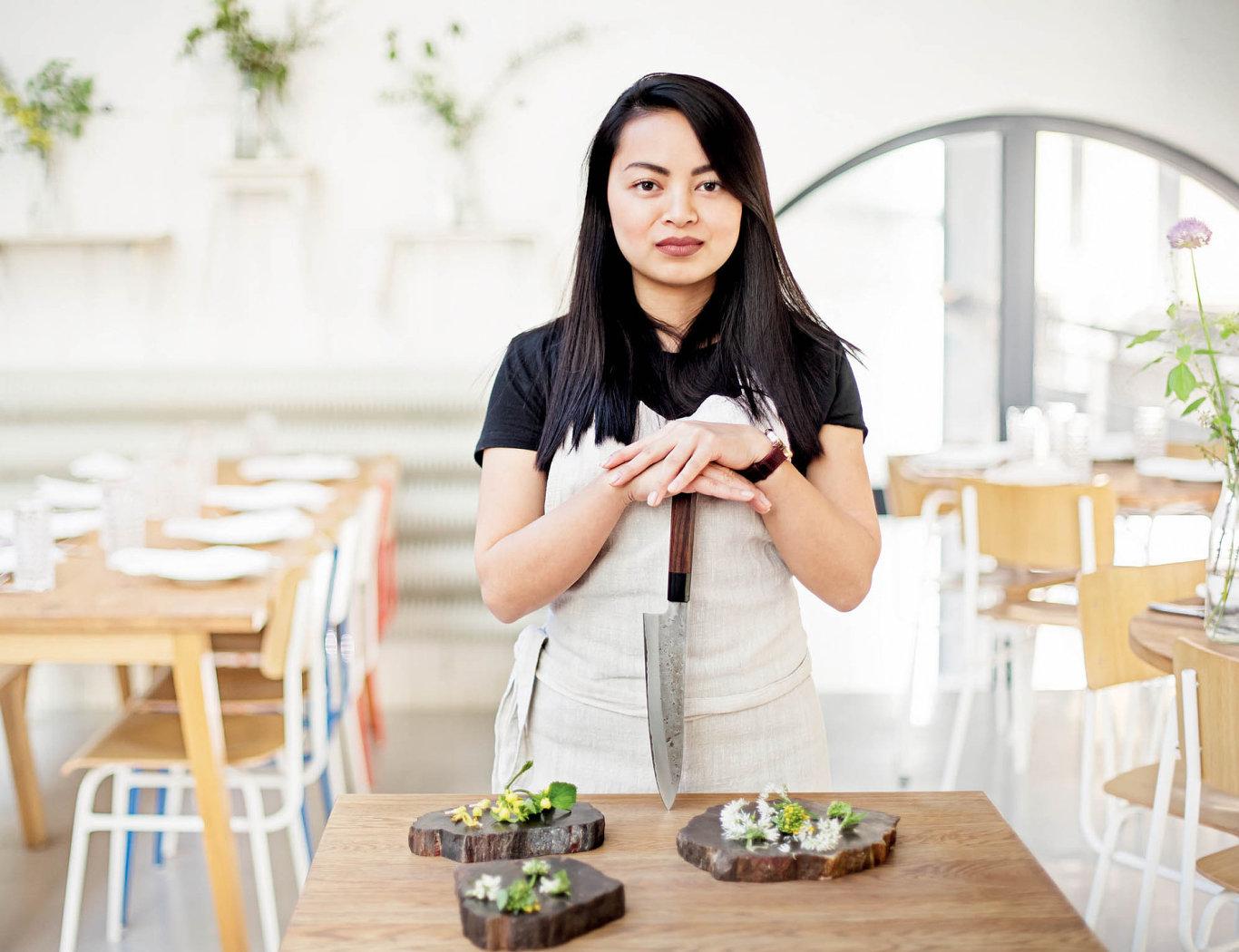 V pražské Esce panuje přesvědčení, že v bylinkách leží gastronomická budoucnost Česka, a tak je tamější číšnice Anna Nguyenová nosí hostům často.