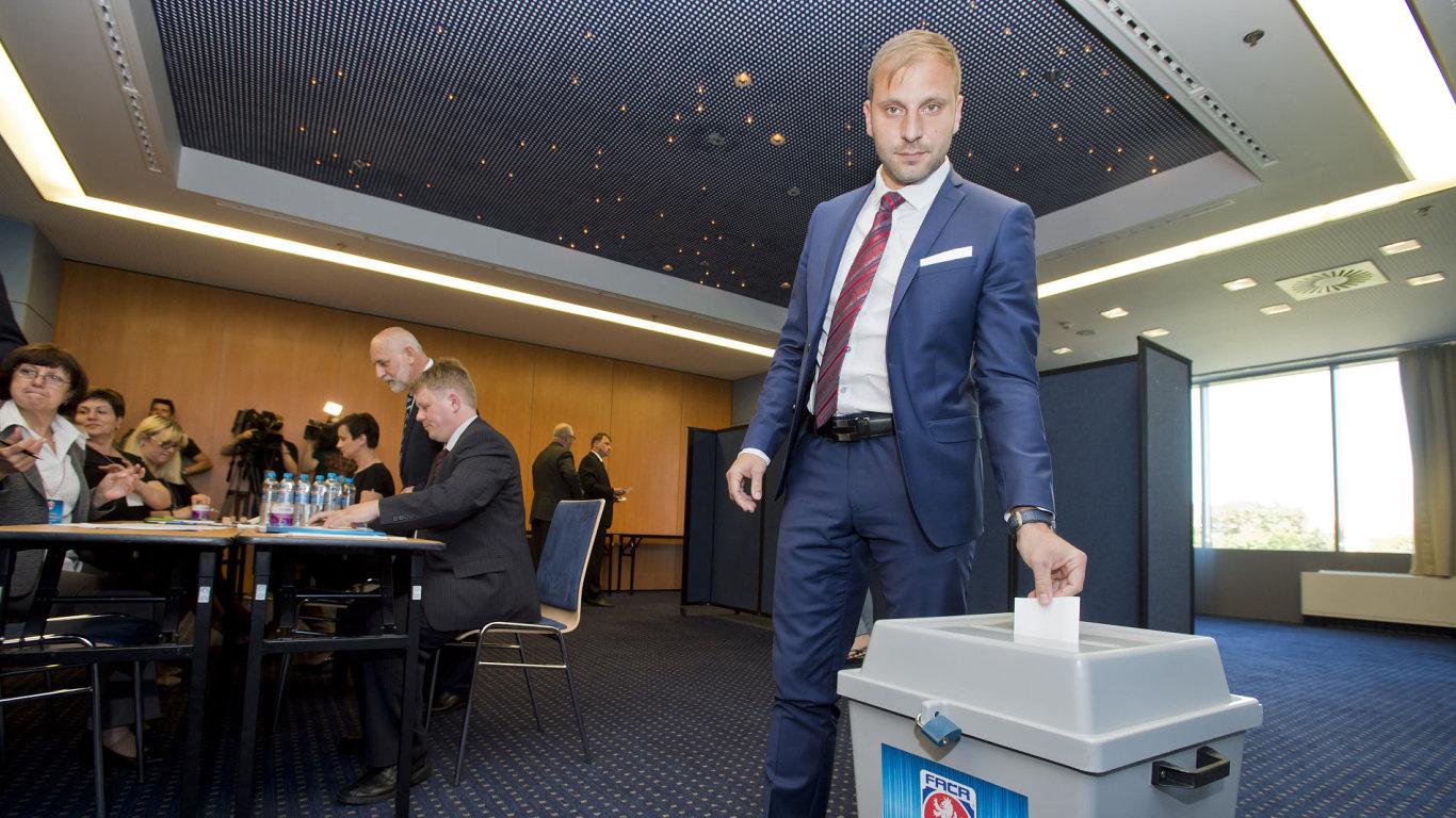 Volba nového předsedy FAČR neskončila ve prospěch ani jednoho z kandidátů.