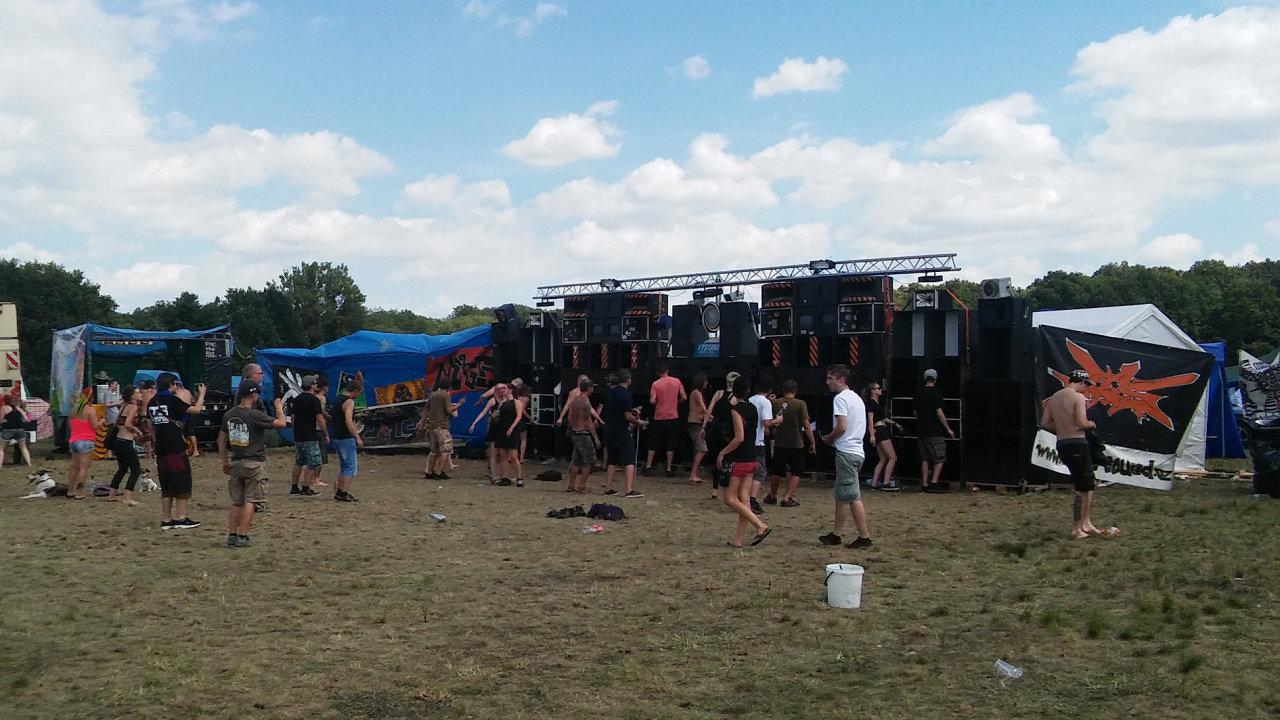 Nelegální technoparty na Nymbursku probíhá od pátku. Akce se účastnilo několik tisíc lidí.