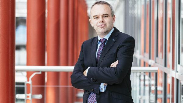 Podle Karla Veselého, ředitele poradenských služeb Deloittu pro pojišťovnictví, jsou pojišťovny pod silným tlakem apotřebovaly by zvýšit ceny povinného ručení.