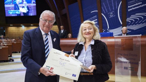Za Arslana, který je ve vazbě, cenu převzala Simone Gaboriauová ze sdružení MEDEL (Evropští soudci pro demokracii a svobodu).