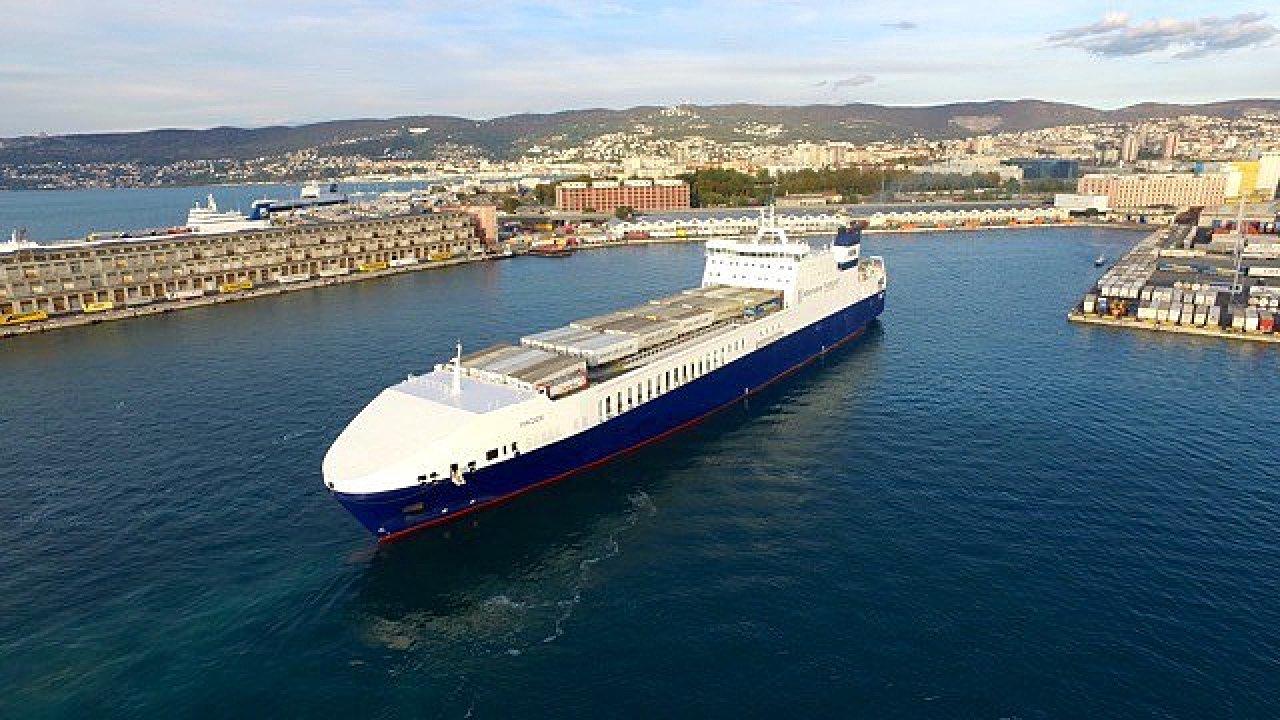 Kontejnerová loď v přístavu Terst.