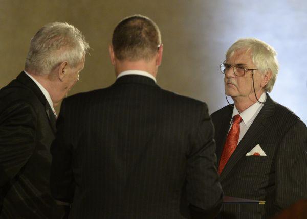 Vědec a vysokoškolský pedagog v oblasti fyziky Jaroslav Šesták (vpravo) převzal od českého prezidenta Miloše Zemana (zcela vlevo) medaili za zásluhy při slavnostním ceremoniálu udílení státních vyznam